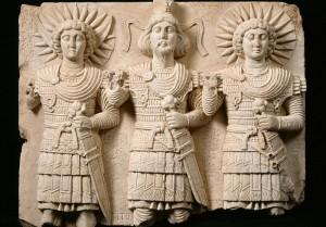 Relief cultuel de Palmyre,représentant le dieu Baalshamin au centre entouré de deux autres divinités,