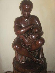 belle sculpture (100x35cm) non signée et datée approximativement du début des années 1950. Localisation : Sabotsy-Namehana.