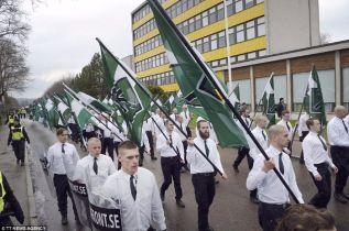 suede-femme-noire-bloque-marche-nazis 1