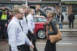 suede-femme-noire-bloque-marche-nazis 2
