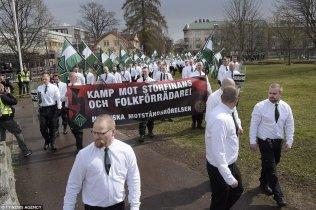 suede-femme-noire-bloque-marche-nazis 3