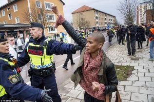 suede-femme-noire-bloque-marche-nazis 4