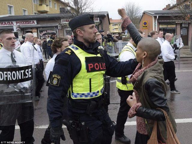 suede-femme-noire-bloque-marche-nazis 5